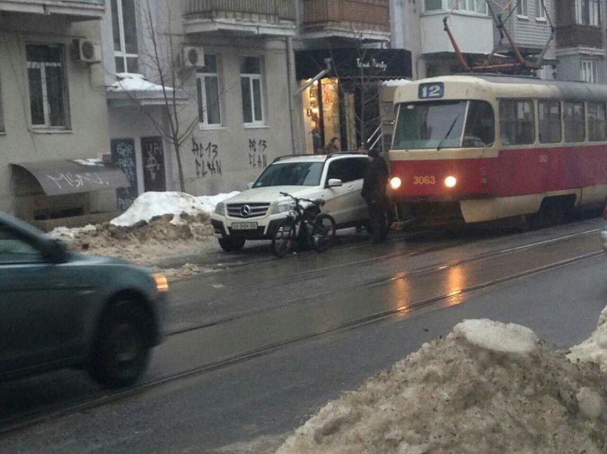 В Харькове Мерседес заблокировал движение трамваев: машину пришлось эвакуировать (ФОТО), фото-3