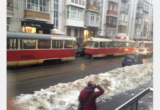 В Харькове Мерседес заблокировал движение трамваев: машину пришлось эвакуировать (ФОТО) (фото) - фото 1