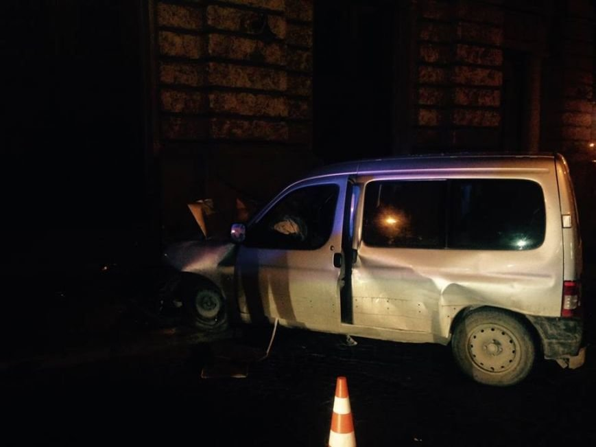 У центрі Львова автівка врізалася в Оперний театр, фото-1