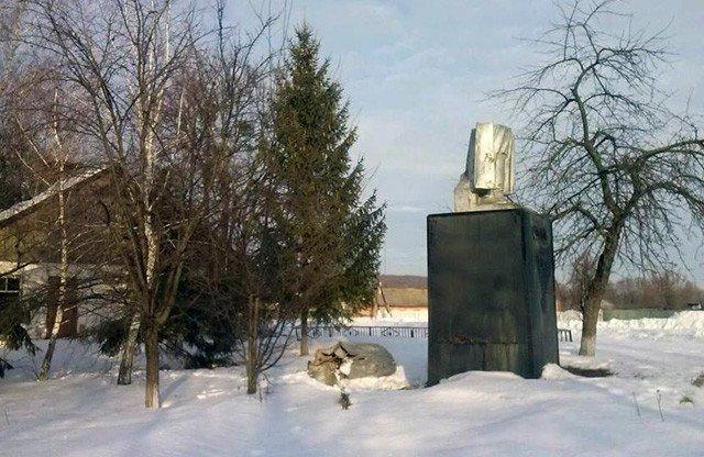 На Полтавщине за ночь активисты демонтировали три памятника советских политических деятелей (ФОТО) (фото) - фото 1