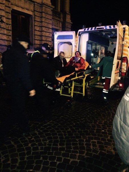 Очевидці оприлюднили фотографії з місця ДТП, де автомобіль в'їхав в Оперний театр (ФОТО) (фото) - фото 2