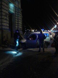Очевидці оприлюднили фотографії з місця ДТП, де автомобіль в'їхав в Оперний театр (ФОТО) (фото) - фото 3