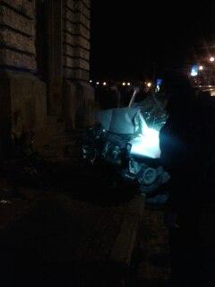 Очевидці оприлюднили фотографії з місця ДТП, де автомобіль в'їхав в Оперний театр (ФОТО) (фото) - фото 4