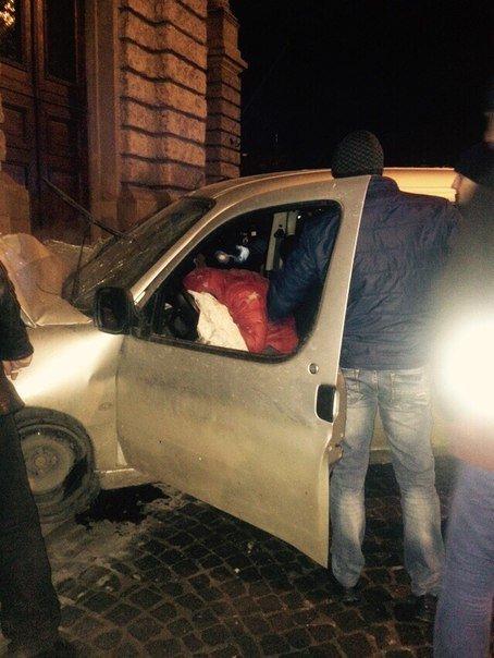 Очевидці оприлюднили фотографії з місця ДТП, де автомобіль в'їхав в Оперний театр (ФОТО) (фото) - фото 1