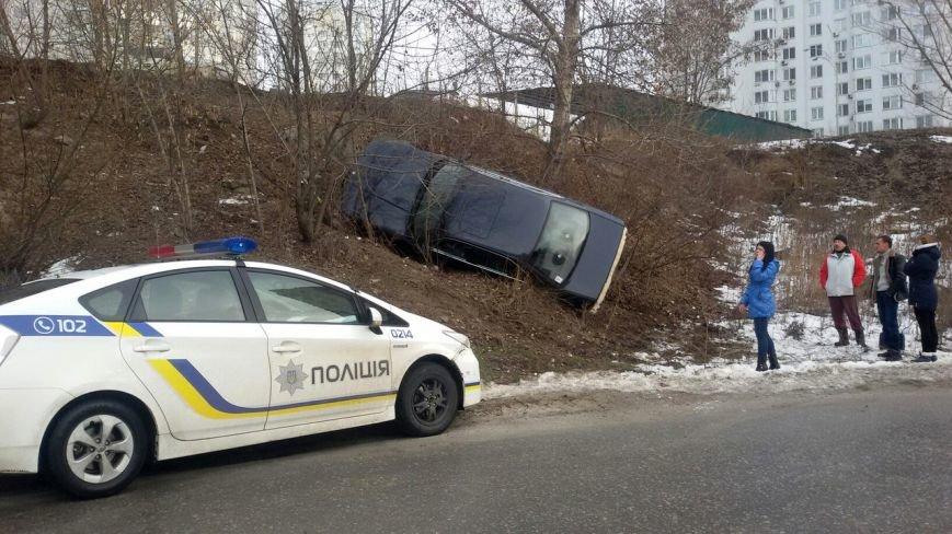 """На """"Осокорках"""" водитель """"BMW"""" влетел в насыпь (ФОТО) (фото) - фото 1"""