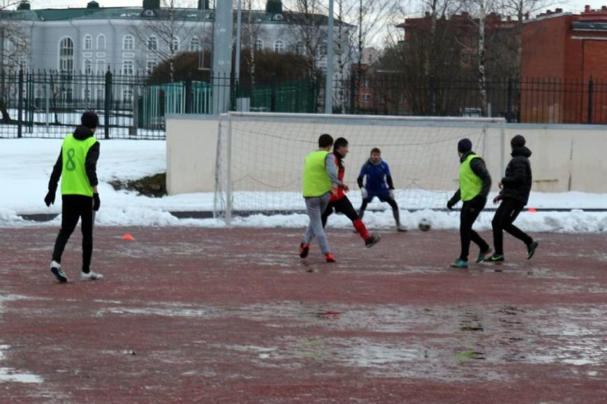 Более семидесяти студентов из Царского Села сразились в футбол на снегу (фото) - фото 1