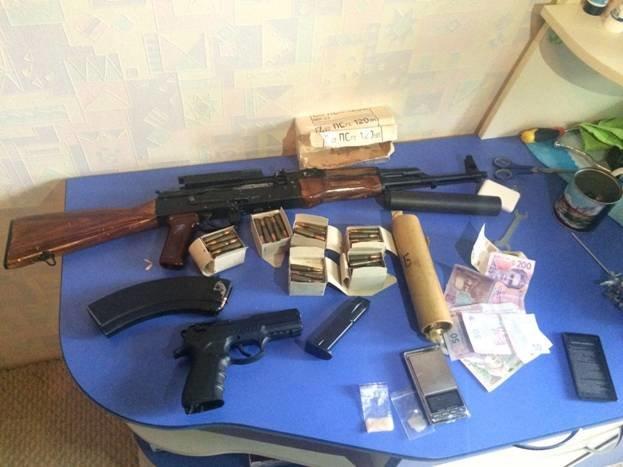 В Запорожье дома у местного жителя нашли наркотики и оружие, - ФОТО (фото) - фото 1
