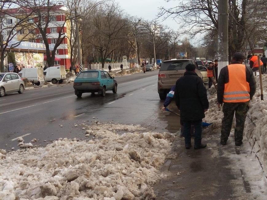 Ловушки для автомобилистов: Одесские дворники выбрасывают снег на проезжую часть (ФОТО) (фото) - фото 1
