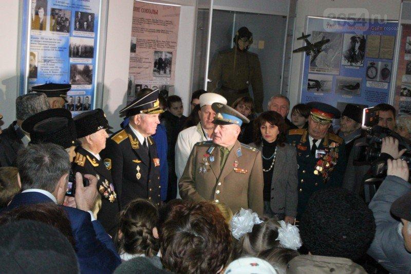 В Алупке почтили память легендарного аса, дважды Героя Советского Союза Амет-Хана Султана (фото) - фото 1