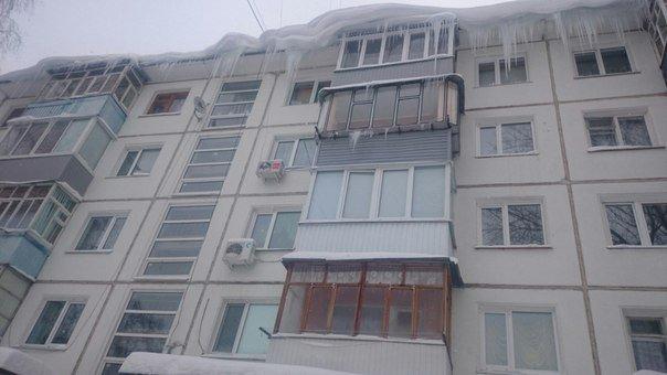 В Ульяновске сбитая сосулька протаранила крышу балкона, фото-1