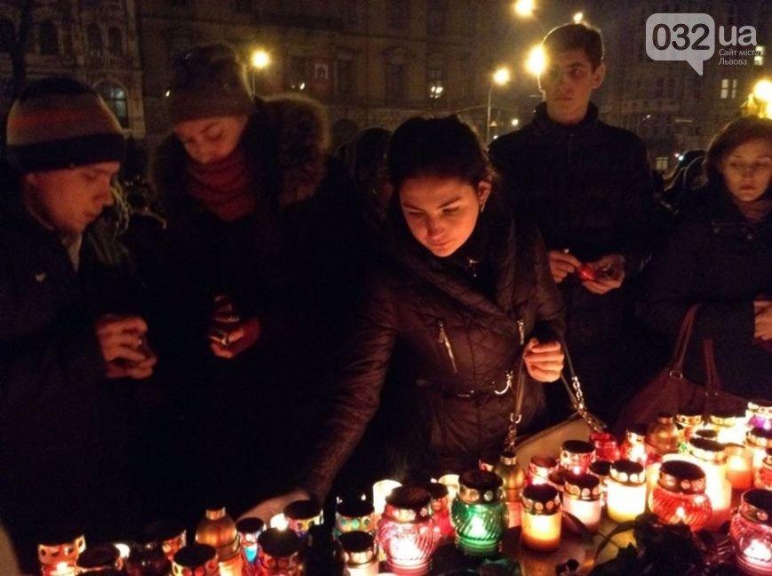 Як це було: торік у день загибелі Кузьми Скрябіна сотні львів'ян заспівали його відомі хіти і запалили свічку пам'яті (ФОТО+ВІДЕО) (фото) - фото 1