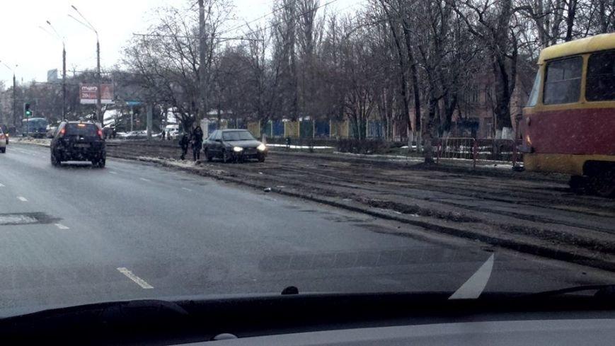 a141551ae52e597aadb3395ca5626c79 Чудеса заботы: в Одессе мамочки учат детей манерам на... трамвайных путях