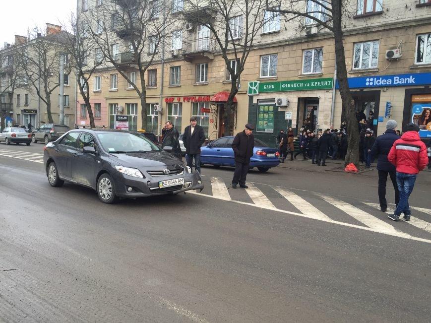 У центрі Тернополя зіткнулись «Тойота» і карета швидкої. Рух ускладнений (ФОТО) (фото) - фото 1