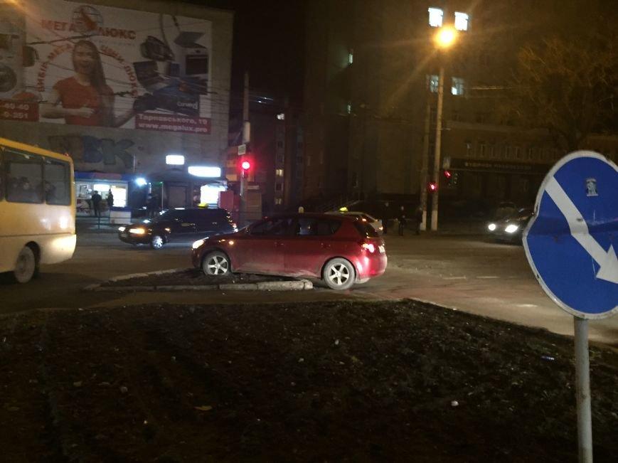 У центрі Тернополя автомобіль занесло на клумбу (Фото), фото-3