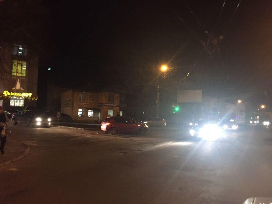 У центрі Тернополя автомобіль занесло на клумбу (Фото), фото-2
