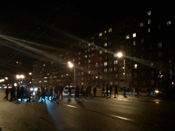 Жители многоэтажки перекрыли Донецкое шоссе из-за регулярных отключений света (ФОТО) (фото) - фото 2