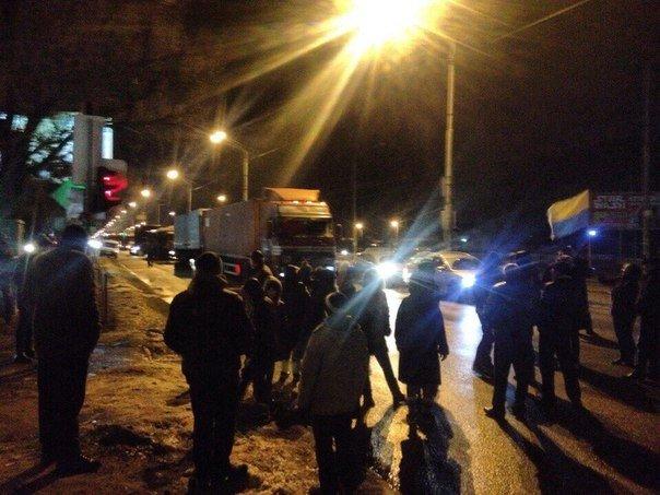 Жители многоэтажки перекрыли Донецкое шоссе из-за регулярных отключений света (ФОТО), фото-3