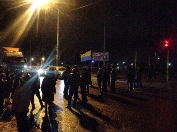 Жители многоэтажки перекрыли Донецкое шоссе из-за регулярных отключений света (ФОТО) (фото) - фото 1