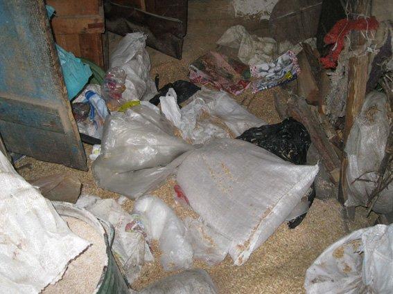 На Сумщине ворвались в дом пенсионерки: украли деньги, еду, обувь и одеяла (ФОТО) (фото) - фото 1