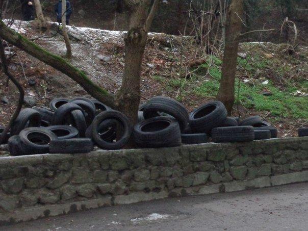 Кладбище покрышек в Ялте, или Проблемы с мусором продлжаются (фото) - фото 1