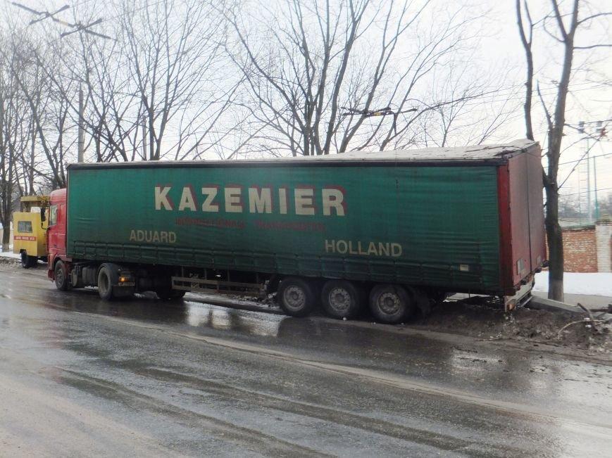 В Кировограде грузовик снес электроопору. ФОТО (фото) - фото 1
