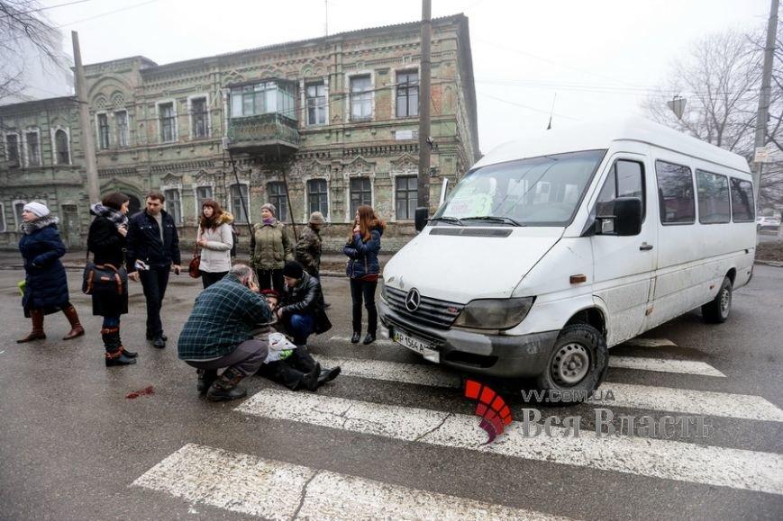 В Запорожье маршрутка сбила женщину на пешеходном переходе, - ФОТО (фото) - фото 1
