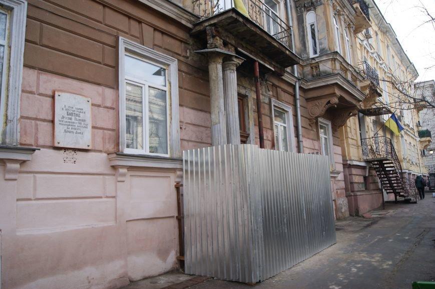 Обваленный балкон над входом в одесскую школу подперли трубой (ФОТОФАКТ) (фото) - фото 1