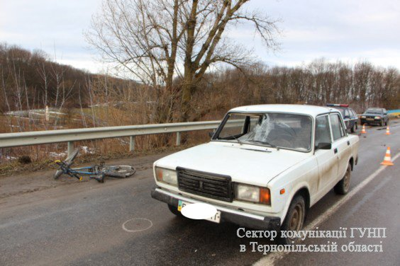 Неподалік Тернополя під колеса таксі потрапив велосипедист (фото) (фото) - фото 1