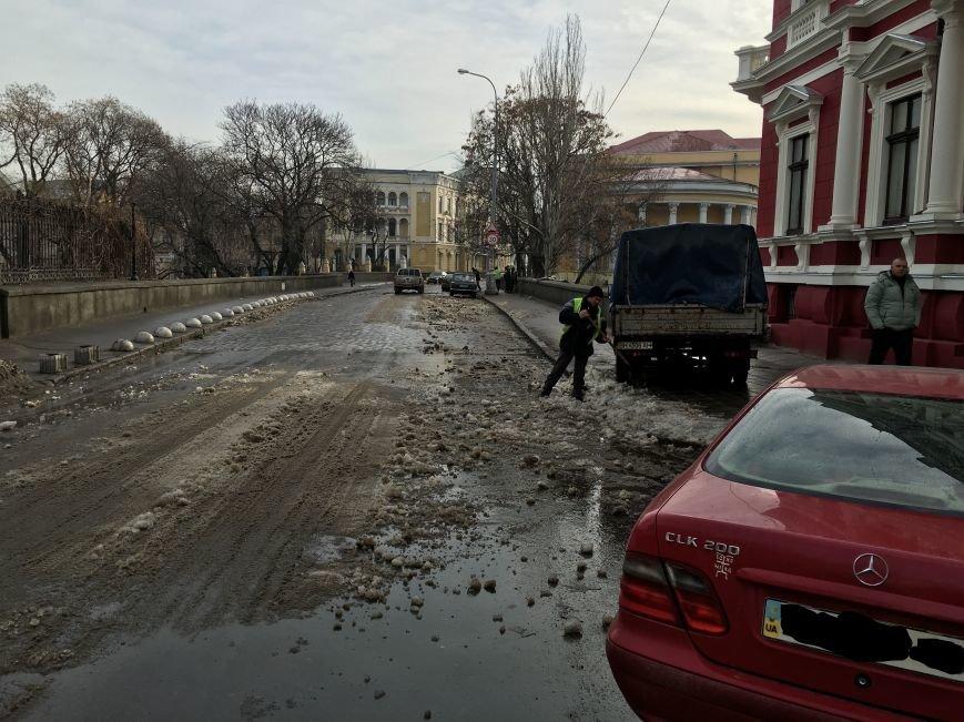041c88ffb356d1c2dcaca533792d5988 Немного льда под колеса? В центре Одессы проказничают дворники