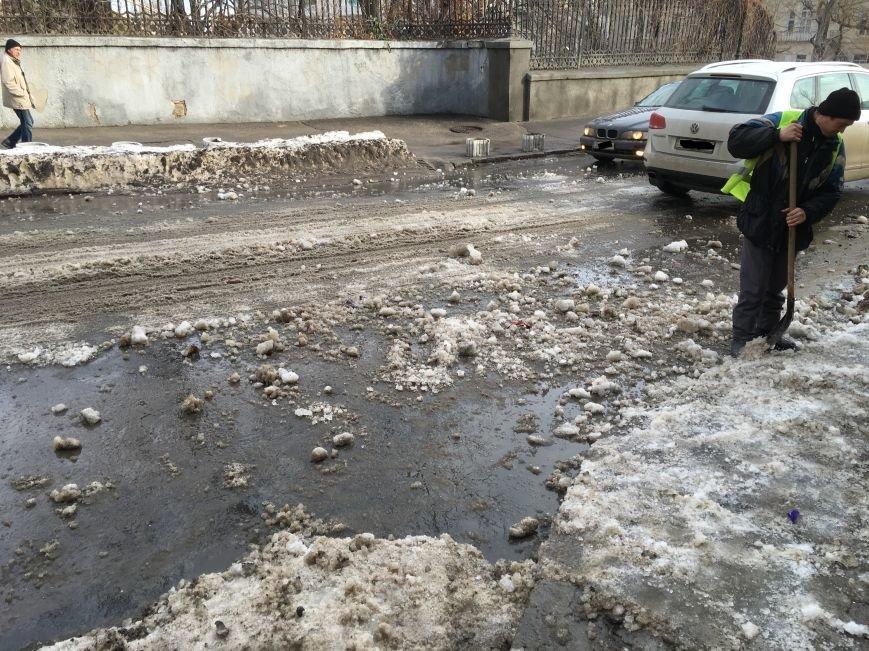 8432eca82ba5fbb13c2b20898aea24c8 Немного льда под колеса? В центре Одессы проказничают дворники