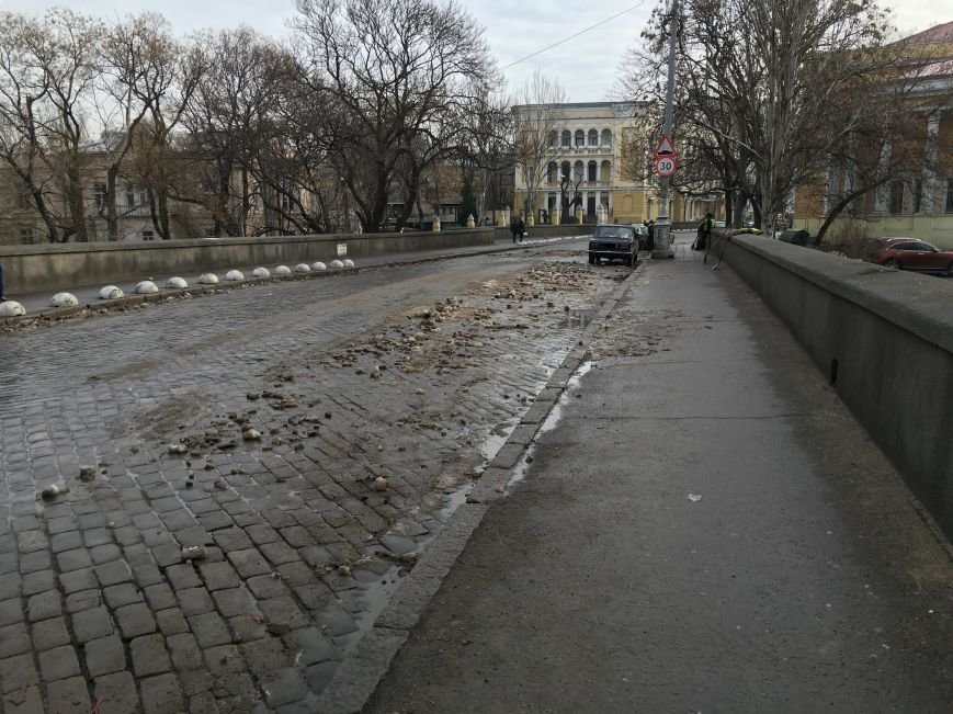 Немного снега под колеса? В центре Одессы проказничают дворники (ФОТО) (фото) - фото 1