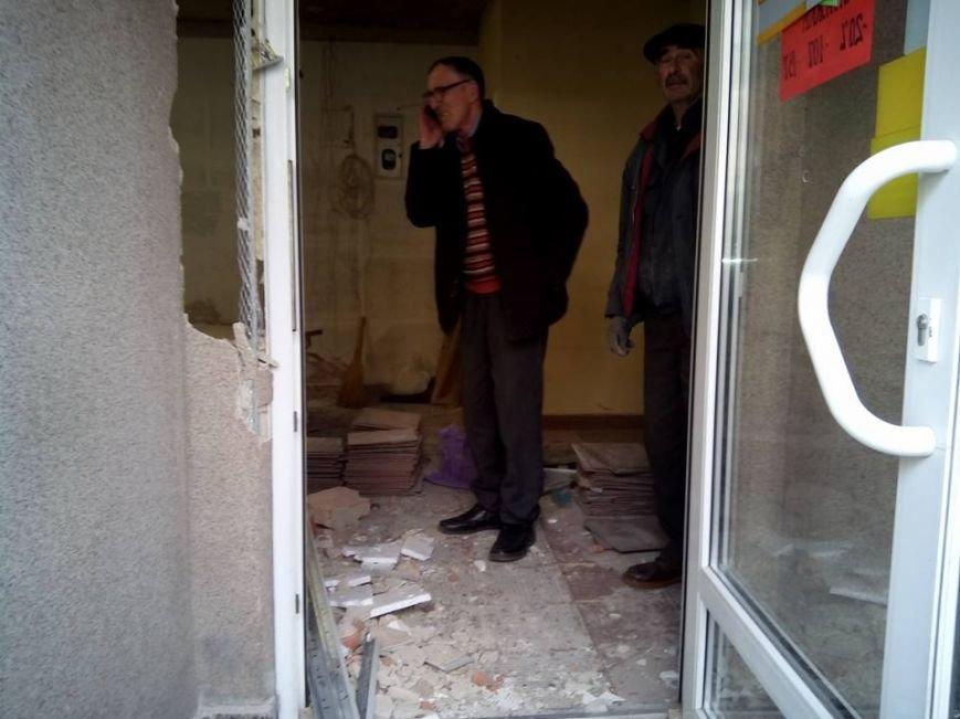 """Нонсенс: у Франківську каретою """"швидкої допомоги"""" перевозять будівельне сміття (ФОТО, ВІДЕО), фото-4"""