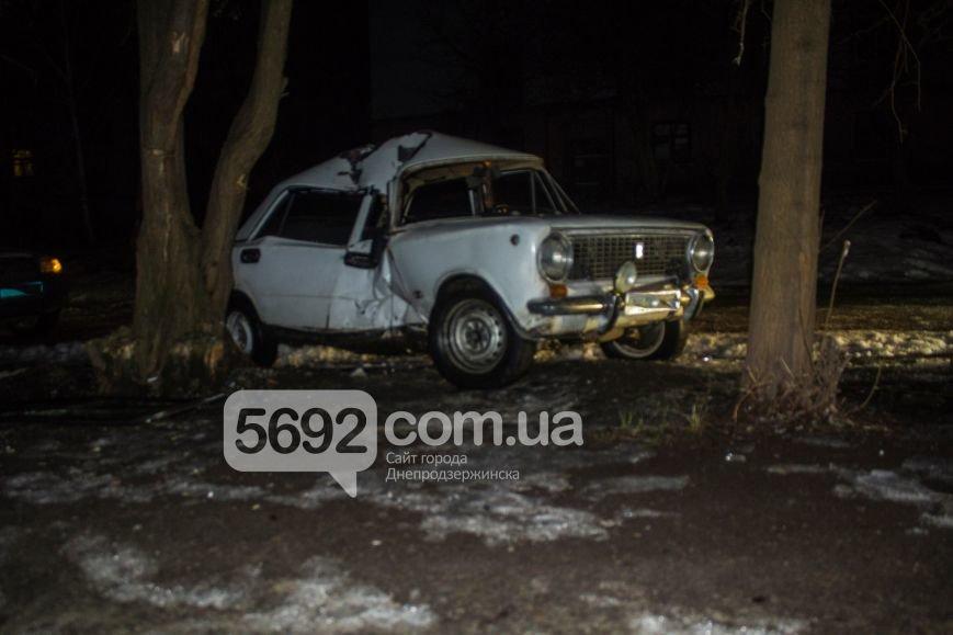 ДТП в Днепродзержинске: автомобиль врезался в дерево (фото) - фото 1