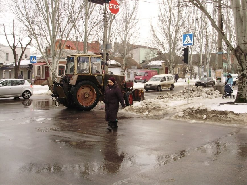 Коммунальщики начали разгребать груды снега в центре Николаева (ФОТО) (фото) - фото 2