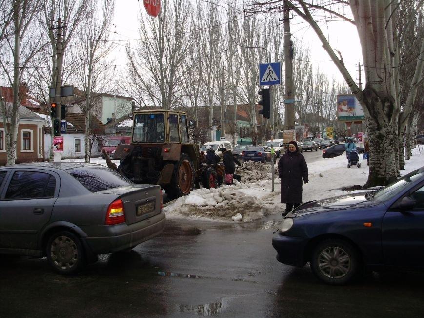 Коммунальщики начали разгребать груды снега в центре Николаева (ФОТО) (фото) - фото 1