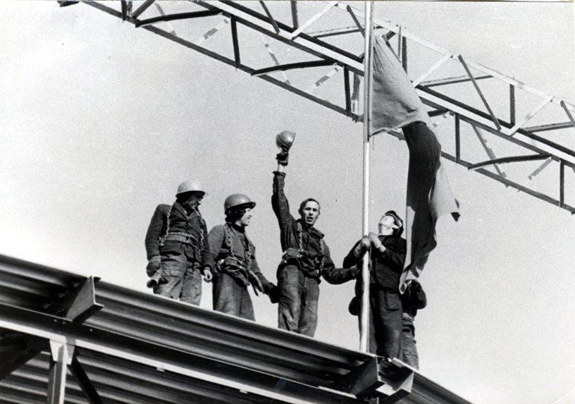 Подъем красный флаг над последним блоком покрытия цеха Т-1
