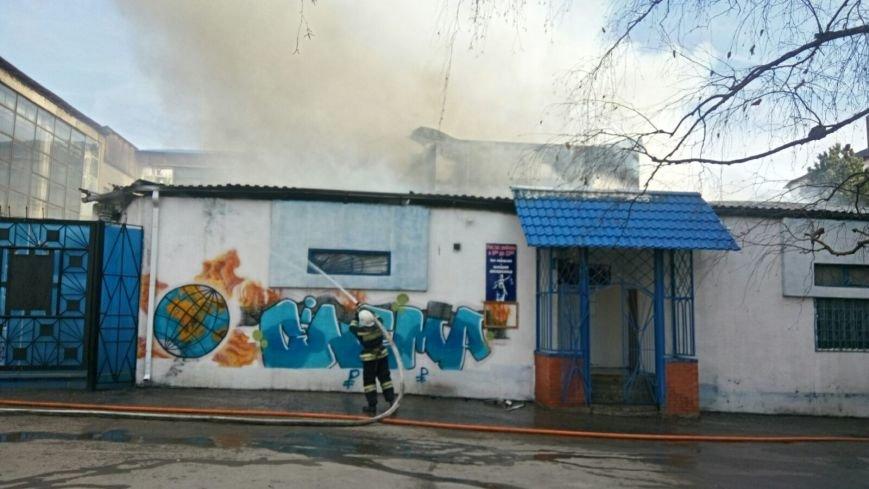 В Ессентуках вспыхнувшее здание тушили более полутора часов, фото-1