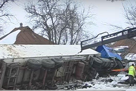 В Полтавской области грузовик с мороженой рыбой въехал в частный двор и перевернулся (ФОТО) (фото) - фото 1