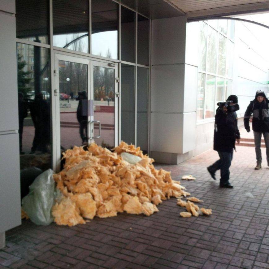 В Киеве активисты забросали ватой телеканал (ФОТОФАКТ) (фото) - фото 1