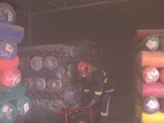 У Хмельницькому на Речовому ринку горів кіоск з тканиною (Фото) (фото) - фото 2
