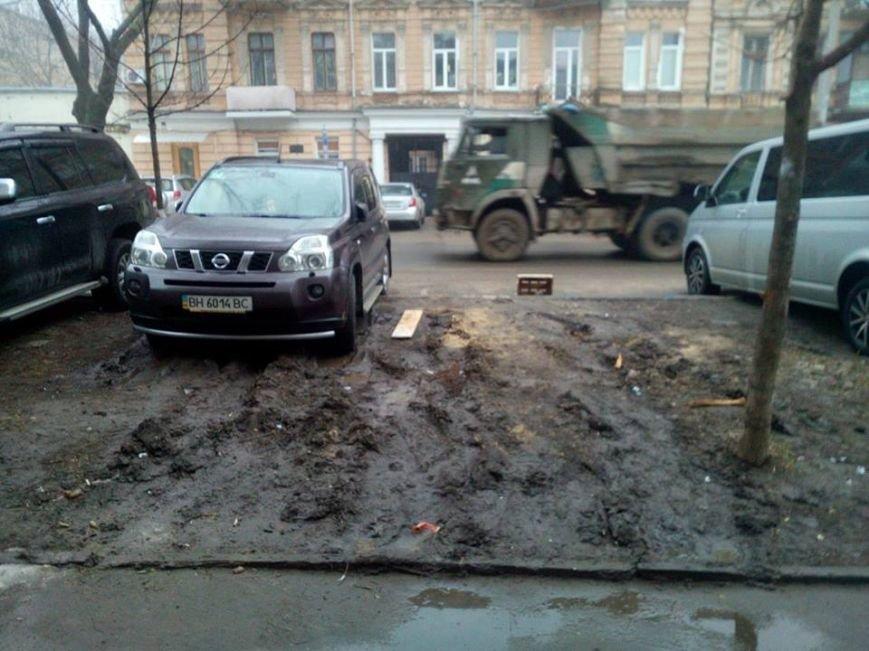 2aac22d0471f825796d4291ec0531a2b В центре Одессы охранники нелегальной парковки живут в избушке на курьих ножках