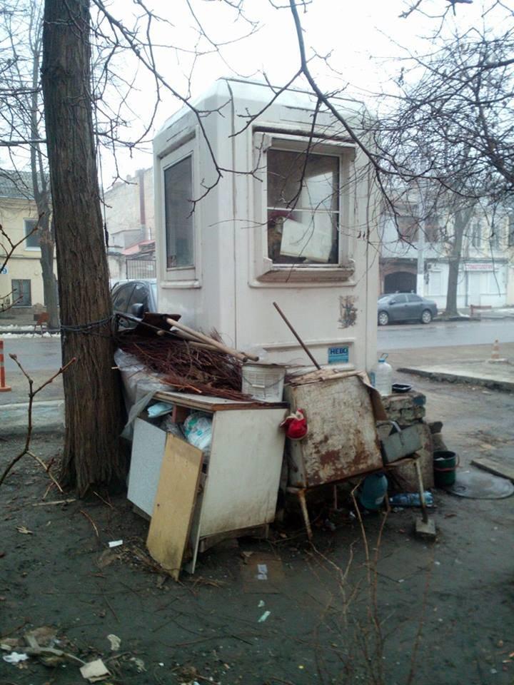 38a420a5a4dadcbd95ef5bbf570a439d В центре Одессы охранники нелегальной парковки живут в избушке на курьих ножках