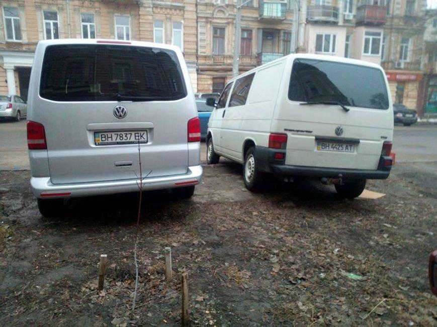 5555c2fbb655cd2f5e3c15c2edcd84b2 В центре Одессы охранники нелегальной парковки живут в избушке на курьих ножках