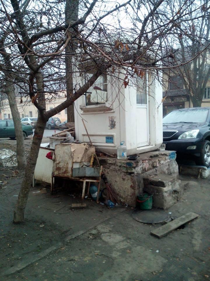 7e7f71f83c6c8fddb5dad69d4e8d3312 В центре Одессы охранники нелегальной парковки живут в избушке на курьих ножках