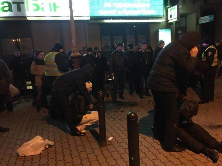 Вчора в центрі Франківська на очах у перехожих затримали групу озброєних злочинців (ФОТО), фото-1