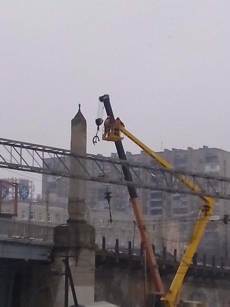 В Харькове на мосту возле завода имени Малышева убирают символы коммунизма (фото) - фото 1