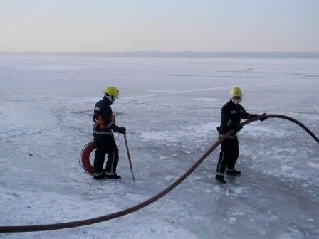 Каховские спасатели обучают правилам поведения на льду прямо... на льду (фото) - фото 2