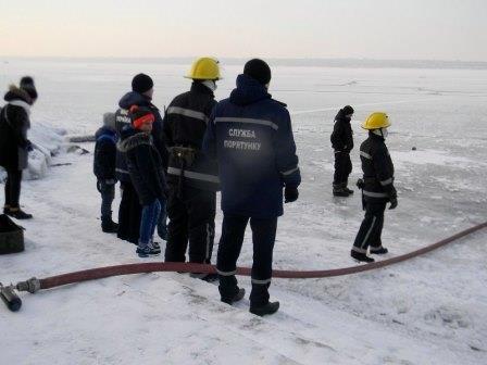 Каховские спасатели обучают правилам поведения на льду прямо... на льду (фото) - фото 1
