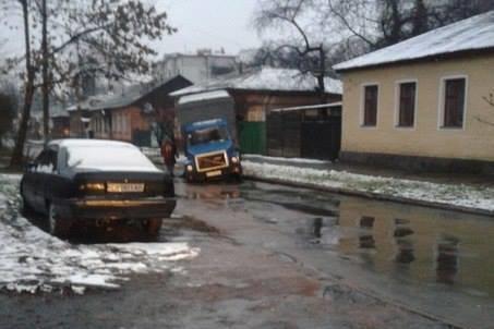 В Чернигове под землю провалились автобус и грузовик, фото-2