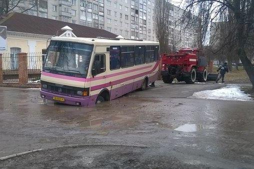В Чернигове под землю провалились автобус и грузовик (фото) - фото 1